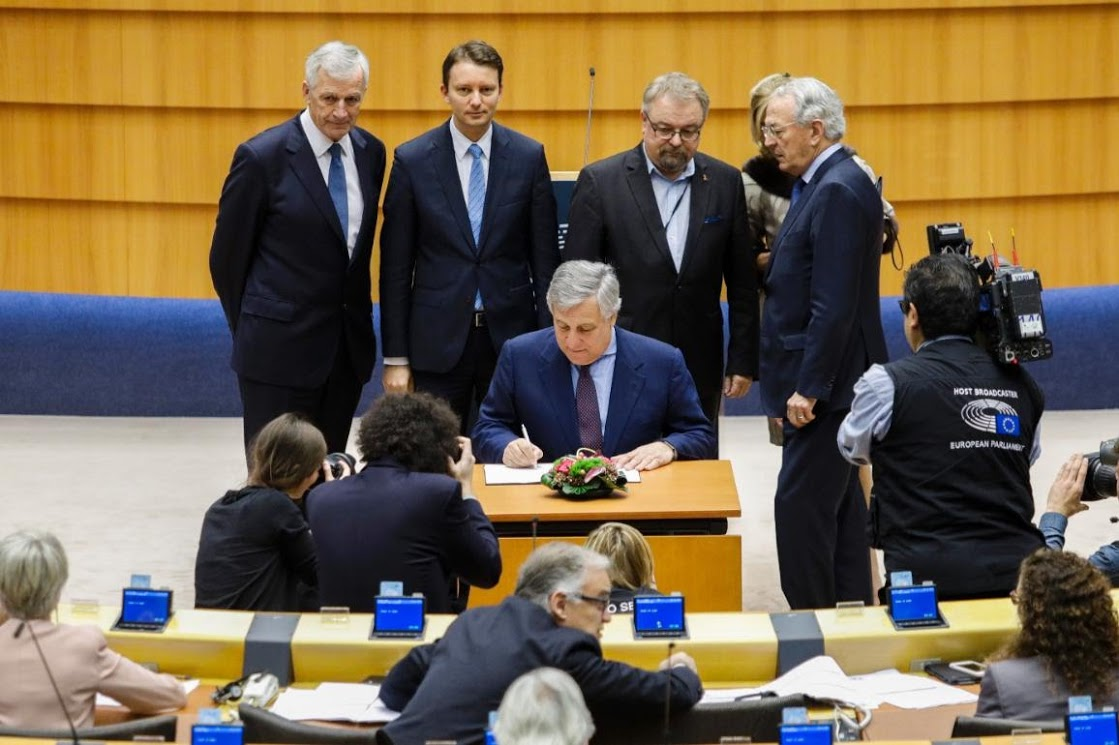 Tajani firma bilancio Ue 2018 - photo credit Parlamento europeo