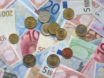 Euro coins and banknotes - foto di Acdx