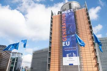 "The banner ""Recovery Plan for Europe"" on the front of the Berlaymont building - European Union, 2020 / Source: EC - Audiovisual Service / Photographer: Aurore Martignoni"